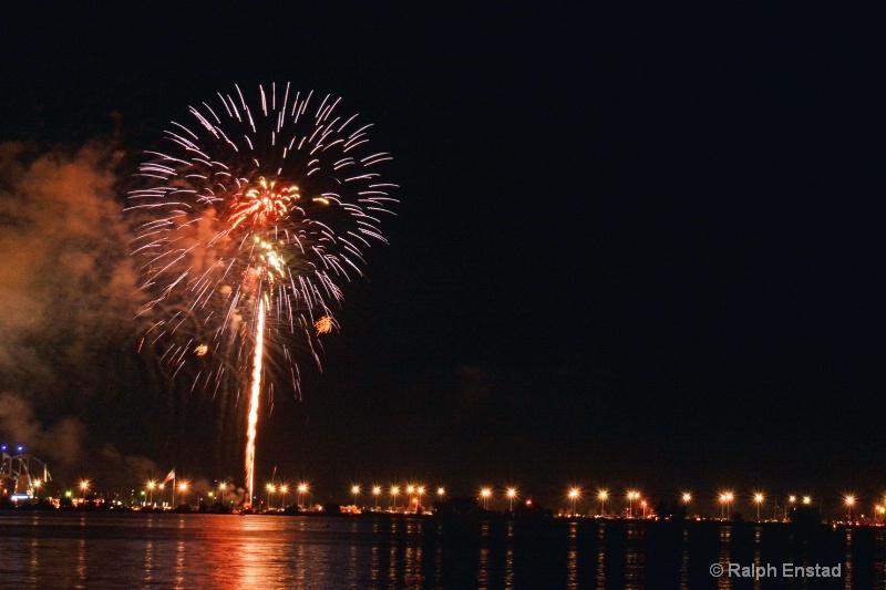 134.1585j.fireworks.070415 - ID: 14937510 © Ralph Enstad