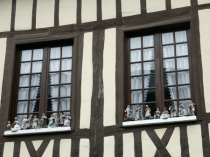 "Windows with ""santons"""