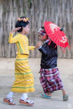 U Shwe Yoe and Daw Moe Dance