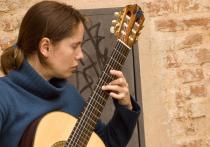 Sienna guitarist