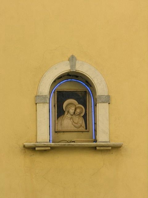 Neon Mary, Cortona
