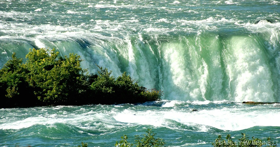 THE MAJESTIC NIAGARA FALLS CANADIAN SIDE