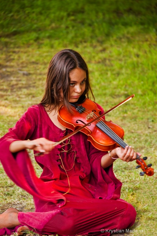 Girl playing on the fiddle