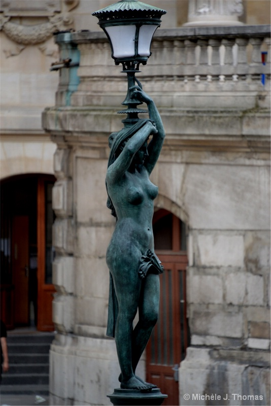 Pieces of Art, Used as Lamposts In Paris !