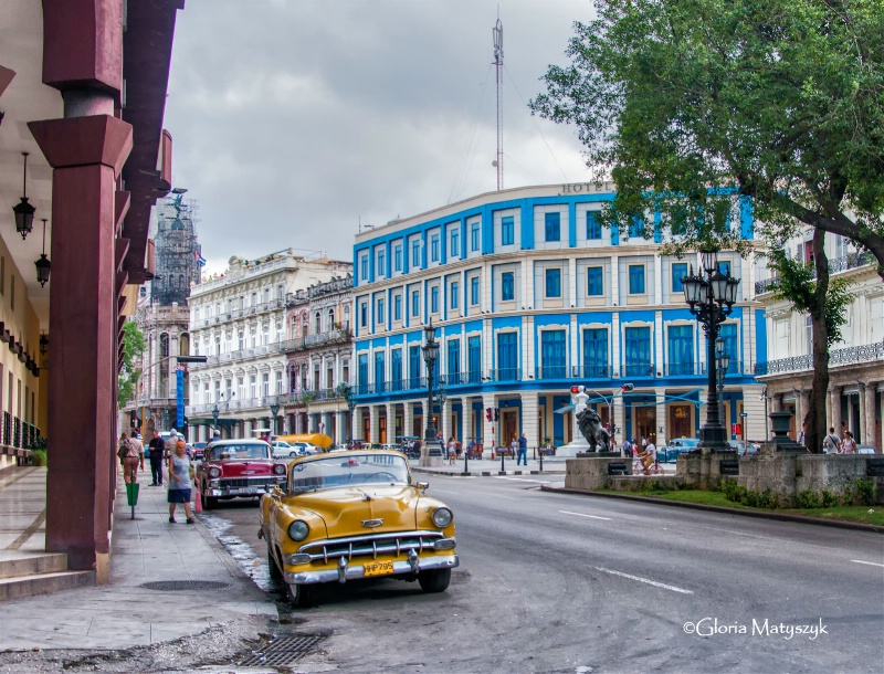 Vibrant cars and buildings, Havana