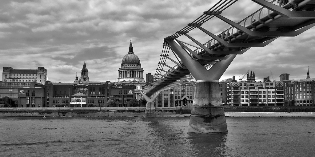 Wide view of Saint Paul and the Millenium Bridge