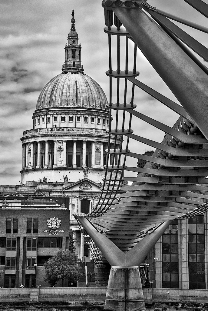 London Saint Paul and Bridge in Black and White