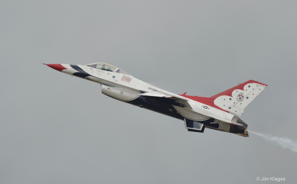 Thunderbirds F-16 Solo Pass