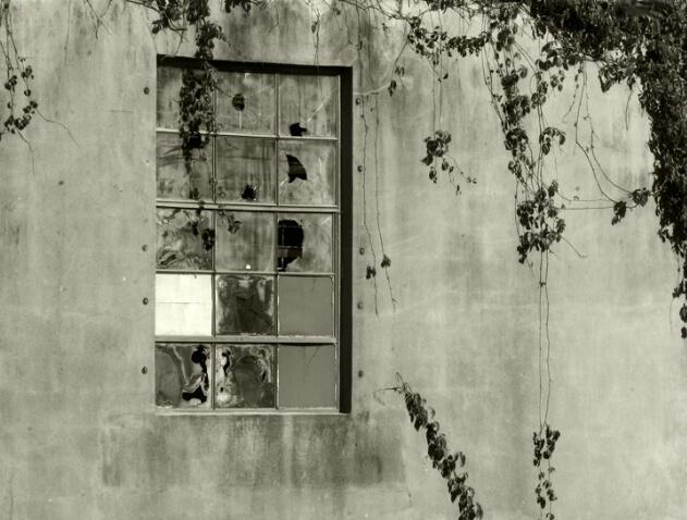 The Broken Window - ID: 815143 © Sandra Hardt