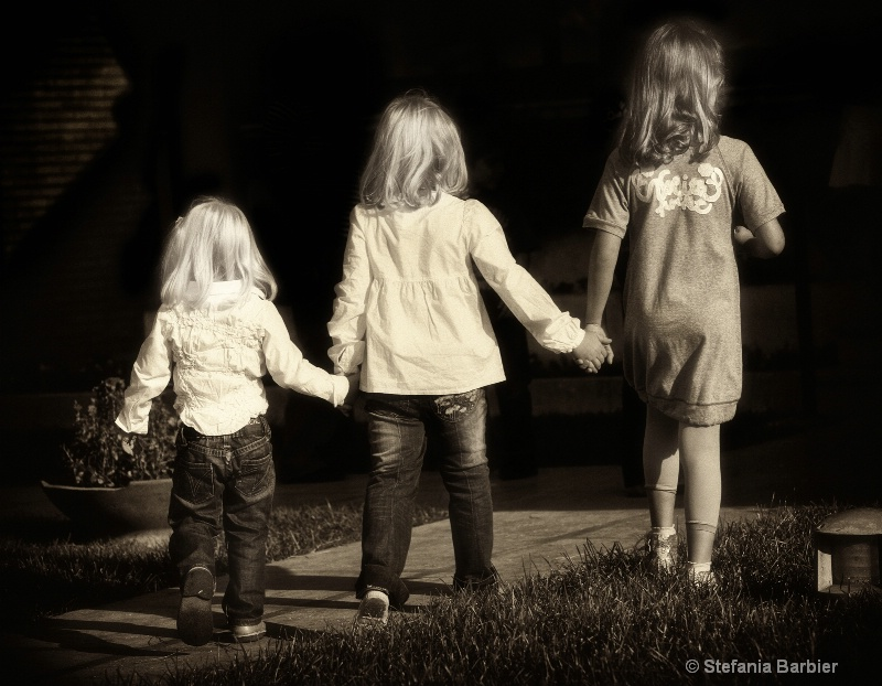 sisters - ID: 7847157 © Stefania Barbier