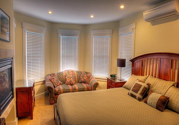 Room 26. King bed, private bath. - ID: 8281202 © Gurli Lovinger