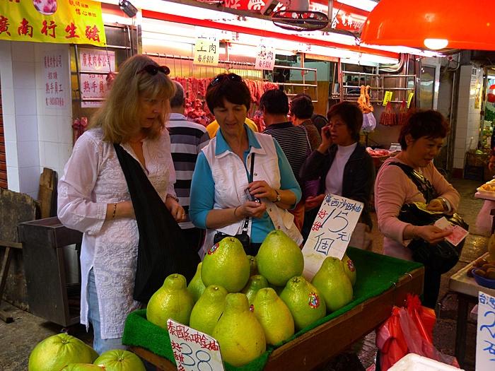 Market Browsing with Daisann, Hong Kong (2009) - ID: 9612378 © STEVEN B. GRUEBER