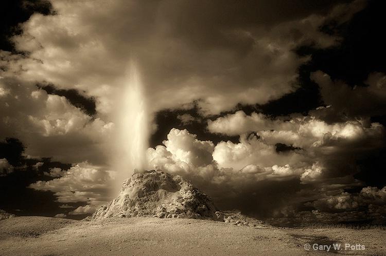 White Hat Geyser (Yellowstone NP) - ID: 9909825 © Gary W. Potts