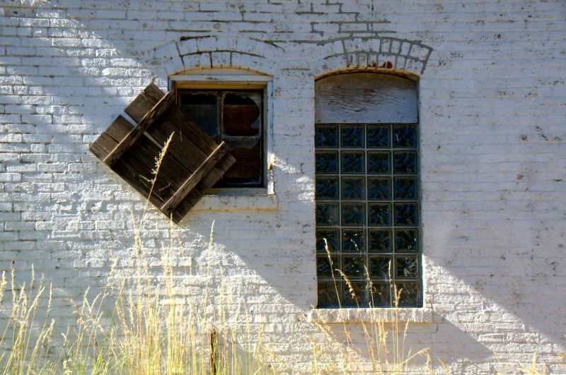 Abandoned Market - ID: 10452415 © cari martin