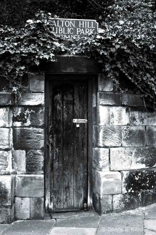 calton hill door-b w - ID: 11097784 © Donna Rapp