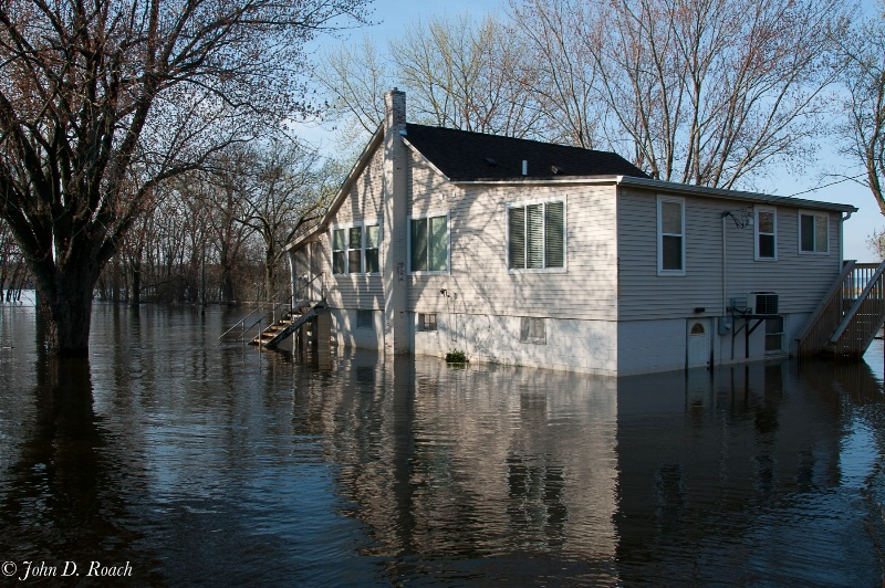 Flood Waters on the Mississippi - ID: 11724840 © John D. Roach