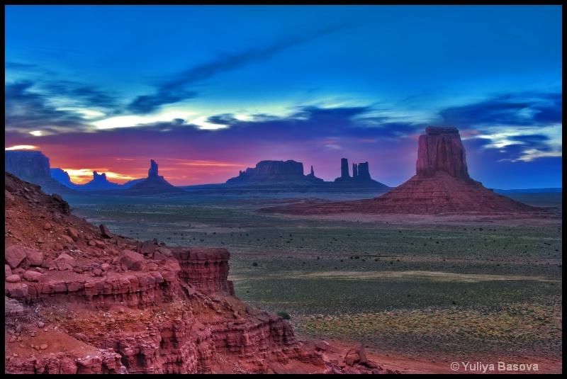 Monument Valley Sunset - ID: 12055375 © Yulia Basova