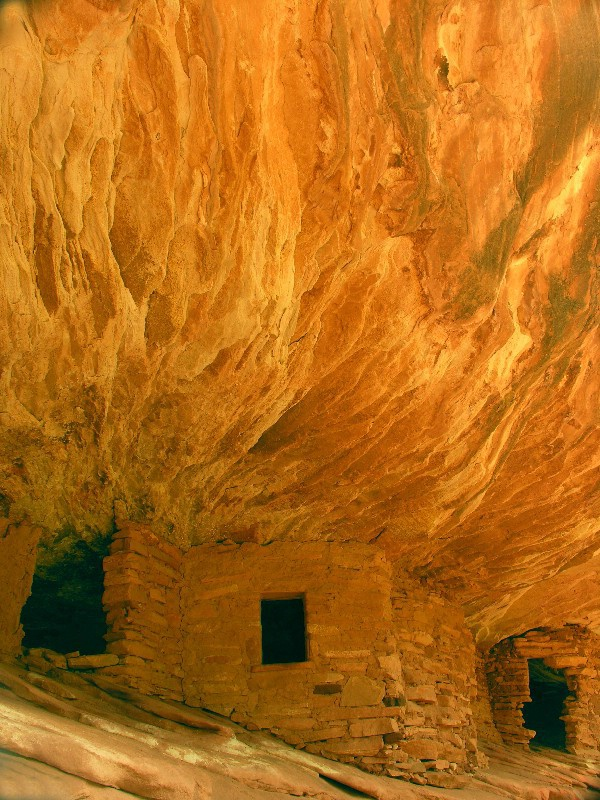 Utah ruins....sun reflects off rocks only 1/2 hour - ID: 12256721 © Jannalee Muise