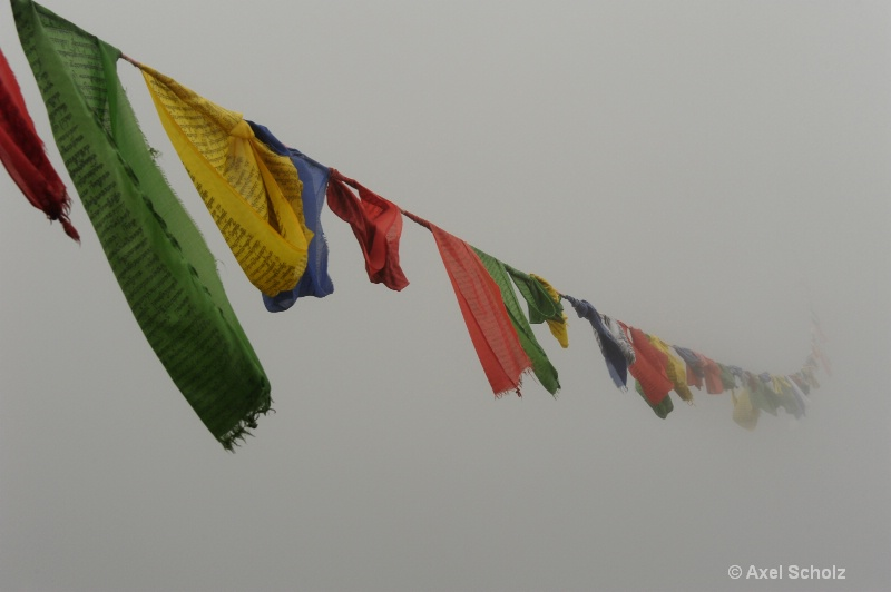 prayer flags in the mist - ID: 12521547 © Axel Scholz