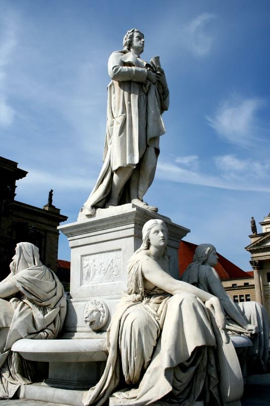 Statues in Berlin Plaza, Color original