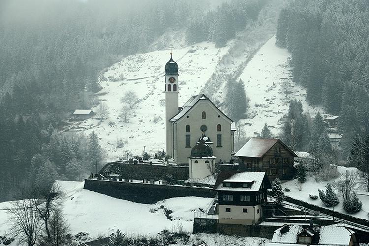 Country Church - ID: 13852826 © john podworniak