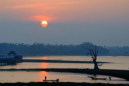 Morning at Taungthaman Lake.