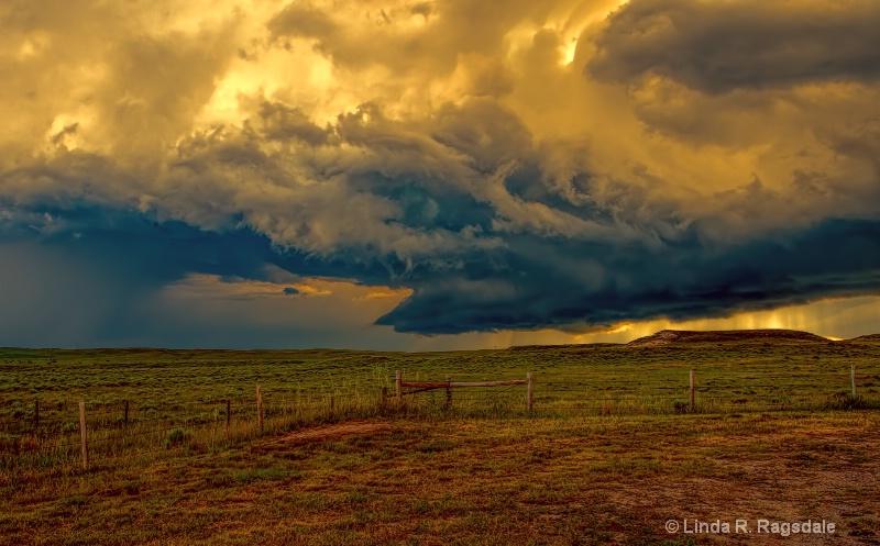 Swirling thunder clouds - ID: 14206410 © Linda R. Ragsdale