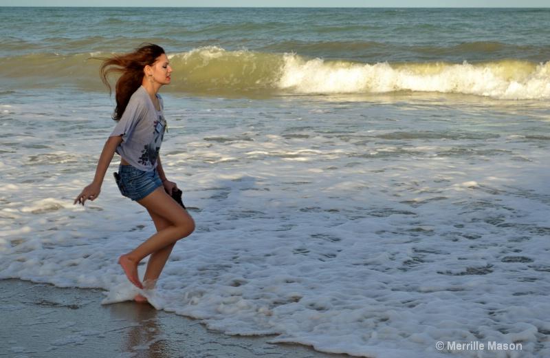 a run through the surf - ID: 14346653 © Merrille Mason