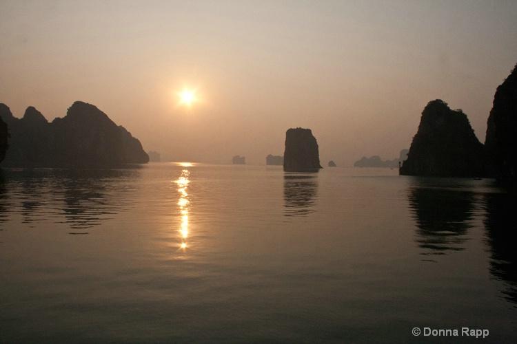 halong sunset-sm - ID: 14432123 © Donna Rapp