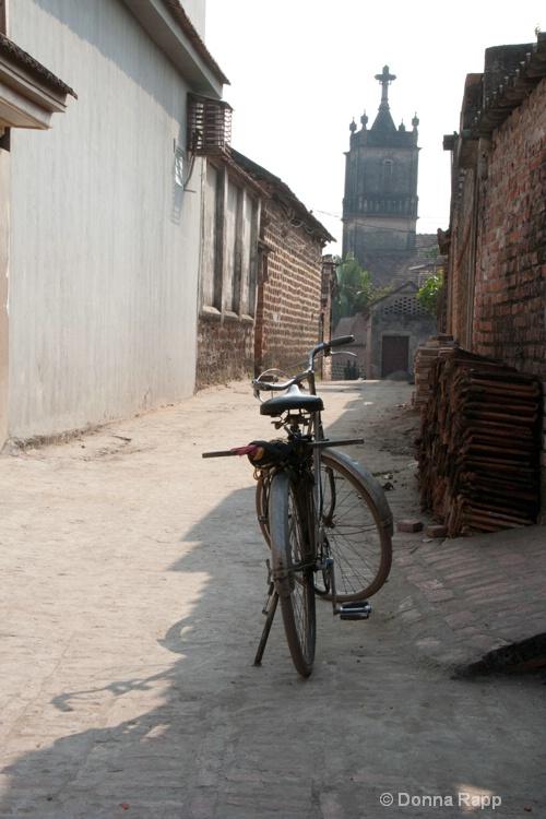 bike in alley-sm - ID: 14432176 © Donna Rapp