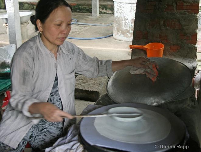 rice paper maker-sm - ID: 14432179 © Donna Rapp