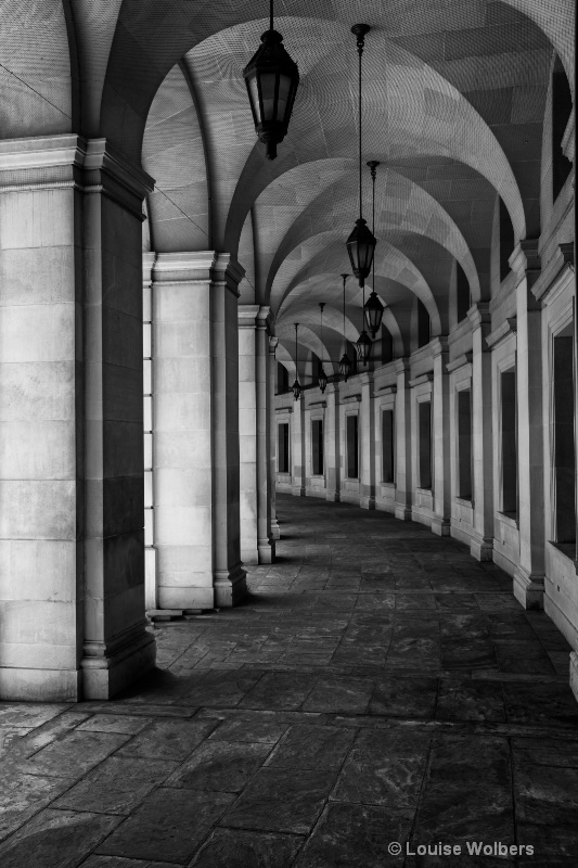 curved walkway - ID: 14647620 © Louise Wolbers