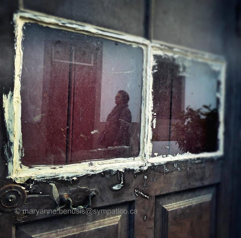 Door lady - ID: 14916023 © Mary-Anne Benusis
