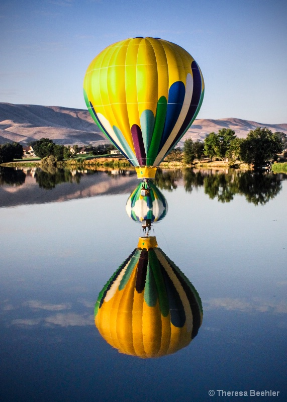 Classic Balloon Reflection - with a Twist - ID: 15217775 © Theresa Beehler