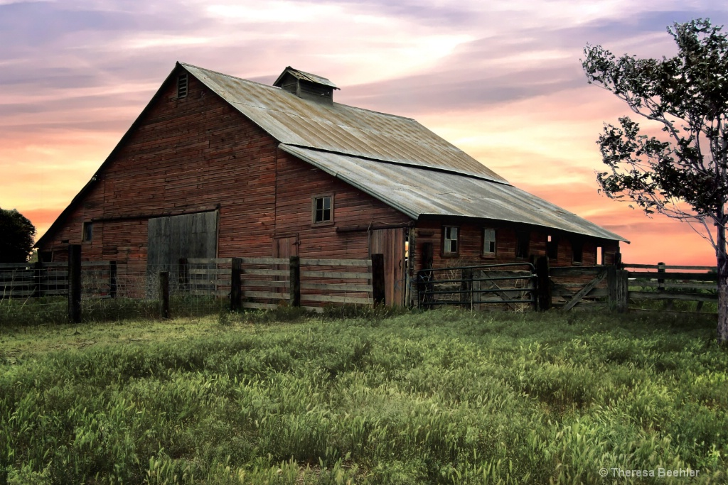 Barn at Sunrise - ID: 15379805 © Theresa Beehler