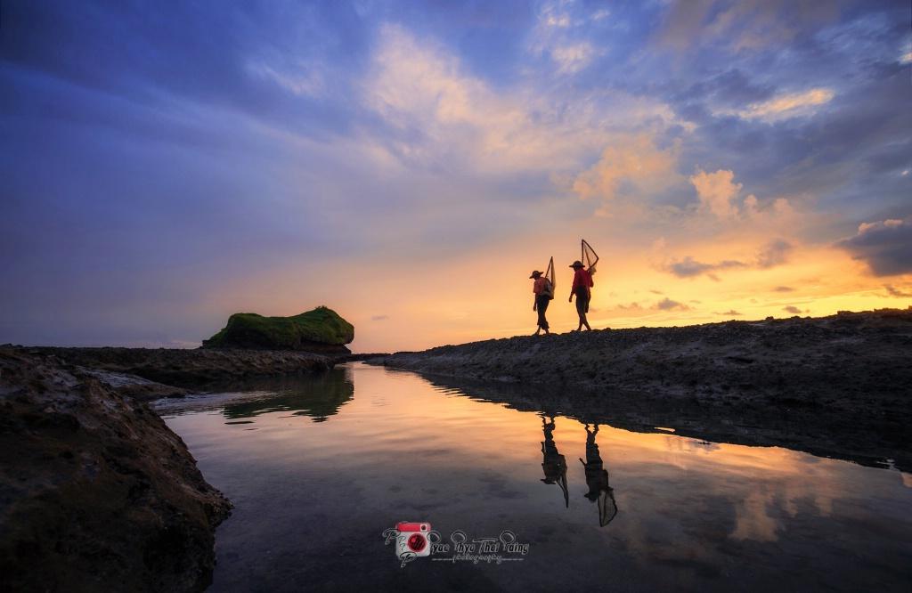 Two fishermen - ID: 15587744 © Pyae Phyo Thet Paing