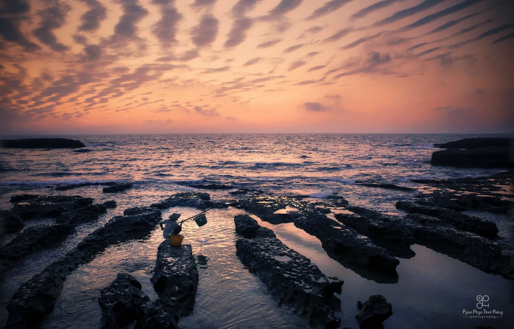 Beach stone lines - ID: 15641720 © Pyae Phyo Thet Paing