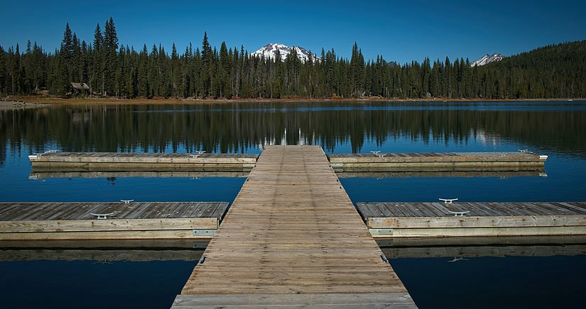 ELK LAKE PIER BEND, OREGON - ID: 15676612 © Laura Wald
